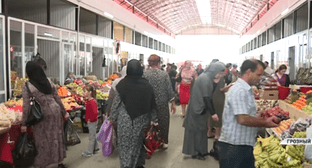 Grozny resident at a food market on the eve of Eid al-Fitr. Screenshot of 'Grozny' TV Channel footage: https://www.youtube.com/watch?v=W39ZdVcGX0I