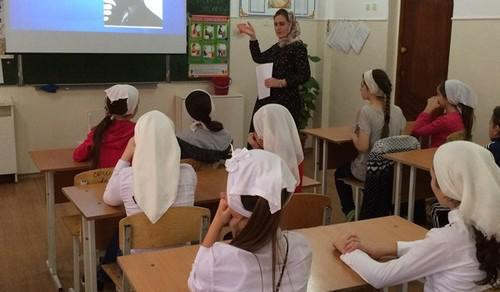 A school lesson in Chechnya. Photo by the press service of the Ministry of Culture of Chechnya http://mk-chr.ru/component/content/article?id=1672:o-chechenskoj-professionalnoj-muzyke-rasskazali-sotrudniki-natsionalnogo-muzeya-chr