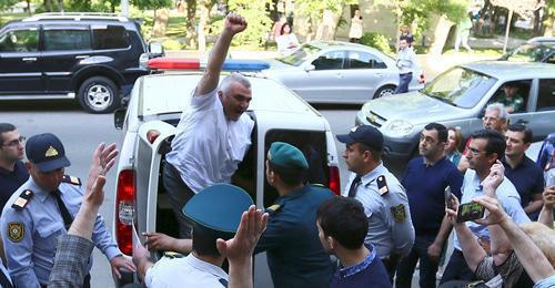 Afghan Mukhtarly near the court in Baku. May 31, 2017. Photo by Aziz Karimov