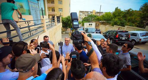 Ilgar Mamedov talks to journalists near his house. Photo by Aziz Karimov for the Caucasia Knot