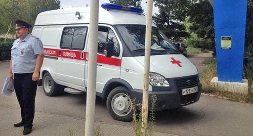 Policeman and ambulance car near Kingcoal headquarters. Photo by Vyacheslav Prudnikov for the Caucasian Knot