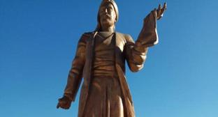 "The monument to Azerbaijani poet Nizami Ganjavi in Derbent. Photo: the Facebook page of the community ""Pearl of the South"" 20.09.2018 https://www.facebook.com/myderbent/posts/1882199261869397?__xts__[0]=68.ARCTrYQJIAhVJc50rPluj8Z_LaorGV77xSNDYXsO3mGSDL_CE0a5I4tw6Iab9rzHzOy-hEWSMEPPKC7zPjFeR644svRNVNfrEidZqIFx_7FTcf5-xR1wJ1Cc-OeSs2WHACRZAPieDhnB7y7DkZft-7ivuprS-1hAvvLOfK51TM2ayFI5S3FRXg&amp&#59;__tn__=-R"