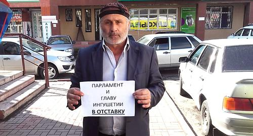 "A participant of the protest action demanding to dissolve the parliament of Ingushetia and dismiss the head of the republic. Photo by Umar Yavloy for the ""Caucasian Knot"""