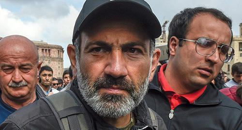 Nikol Pashinyan (centre). Photo: © Sputnik / Asatur Yesayants  https://ru.armeniasputnik.am/politics/20180508/11642070/nikol-pashinyan-armenia-biografiya.html