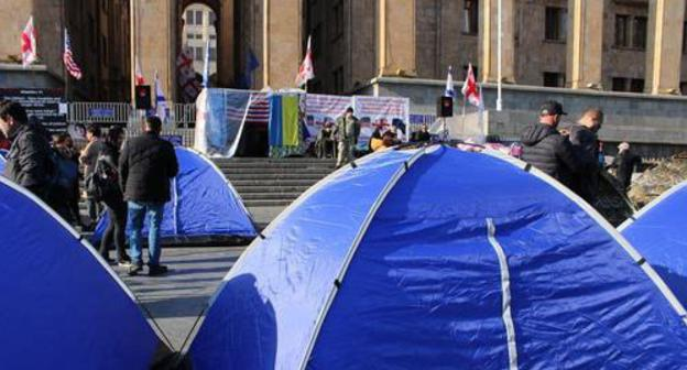 "Zaza Saralidze's supporters set up tents near the parliament building in Tbilisi. Photo by Inna Kukudjanova for the ""Caucasian Knot"""