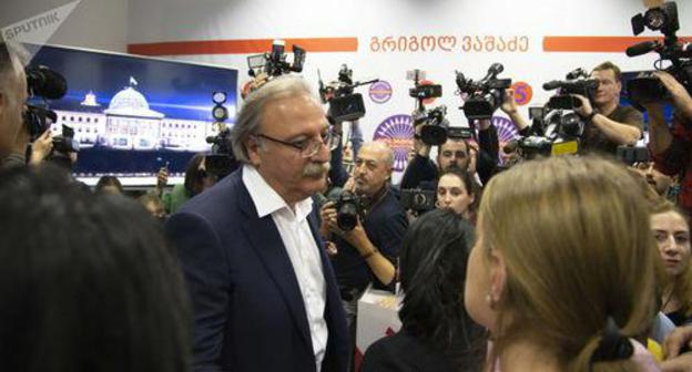 Grigol Vashadze with journalists. Photo: © Sputnik / Alex Shlamov, https://sputnik-georgia.ru/election-2018/20181129/243218545/Gruzinskaya-oppozitsiya-obyavila-o-planakh---itogi-vyborov-oni-ne-priznayut-.html