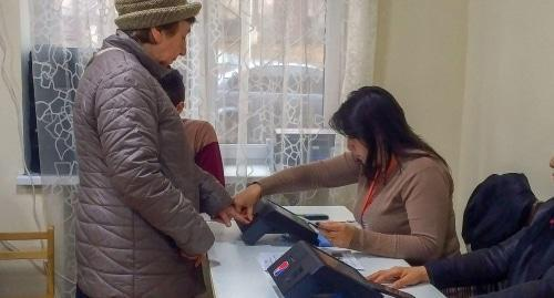 "An Election Commission employee in Yerevan and a voter. Photo by Grigory Shvedov for the ""Caucasian Knot"""