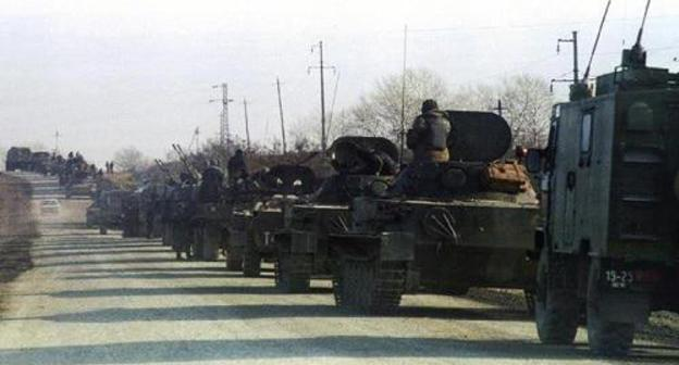 Tanks and armoured fighting vehicles of the Russian army enter the village of Tolstoy-Yurt on December 11, 1994. Photo: REUTERS