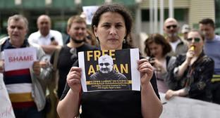 Leyla Mustafaeva with her husband's photo at a protest action in Tbilisi on June 1, 2017. Photo: Mzia Saganelidze (RFE/RL)