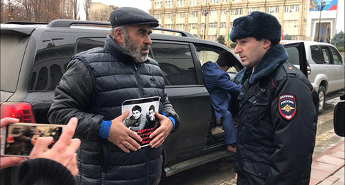 Murtazali Gasanguseinov (left) talks to policeman during picket, Makhachkala, December 20, 2018. Photo by Patimat Makhmudova for the Caucasian Knot