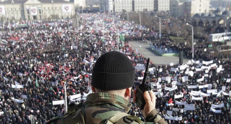 Law enforcer watching gathering of people in Grozny square. Photo: REUTERS/Eduard Korniyenko