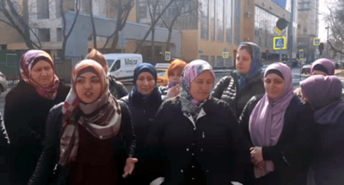 Madina Naloeva took part in a picket in front of the Iraqi Embassy in Moscow together with other women whose daughters stayed in the Middle East, April 5, 2018. Screenshot from BBC video 'Picket at the Iraqi Embassy in Moscow': https://www.youtube.com/watch?v=_URlbSxm_nE
