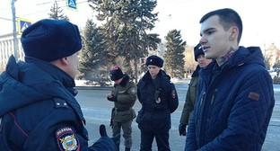"Vlad Pogorelov, an activist, talks to a policeman. Volgograd, January 22, 2019. Photo by Tatyana Filimonova for the ""Caucasian Knot"""