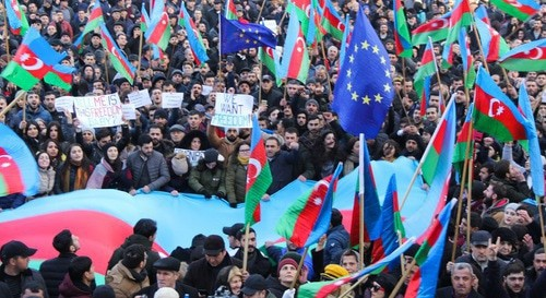 Rally participants hold flags of Azerbaijan and EU, January 19, 2019. Photo by Aziz Karimov for the Caucasian Knot