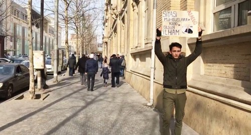 Rafael Guseinzade holds solo picket. Screenshot from the Caucasian Knot video