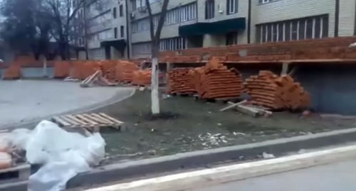 Construction of a brick wall on the territory of a common yard of several multi-storey buildings in Grozny. Photo CHECHEN WHATSAPP 3, https://www.youtube.com/watch?v=x3umWNFW5Lo