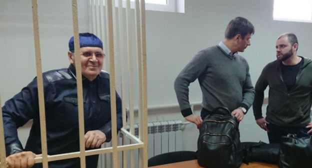 Oyub Titiev (left) and his advocates in the courtroom. Photo by Patimat Makhmudova for the Caucasian Knot