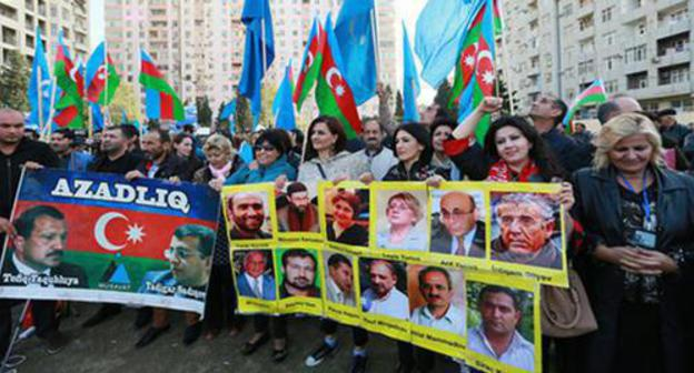 "Participants of the rally holding posters with the photos of political prisoners. Baku, October 25, 2015. Photo by Aziz Karimov for the ""Caucasian Knot"""