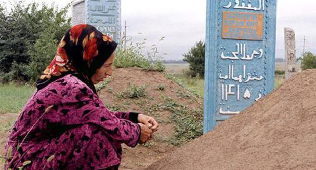 A woman in Chechnya near the grave of her son killed in January 1995. Photo: Reuters/Ulli Michel