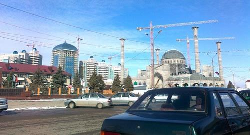 Mosque under construction in Shali, February 2017. Photo: Djalvadi Malaev, https://www.facebook.com/photo.php?fbid=1896186753947512&set=a.1389980897901436.1073741828.100006686164700&type=3&theater, CC BY-SA 3.0, https://commons.wikimedia.org/w/index.php?curid=55766501