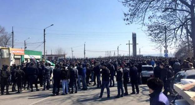 Participants of a protest rally at the entrance to Nazran, March 27, 2019. Screenshot from video 'Criminal Russia - Caucasus', https://www.youtube.com/watch?v=viEB35hMnVk