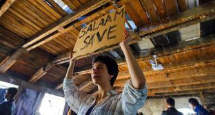 Activist holds slogan 'Salaam Save'. Photo by Aziz Karimov for the Caucasian Knot