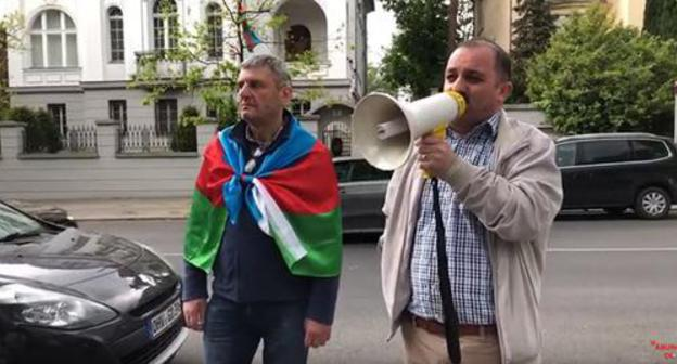 A protest action against the monument to Heydar Aliev in Bucharest. Berlin, May 10, 2019. Photo: screenshot of the video by Mühacir TV https://www.youtube.com/watch?v=hqhTjeK2ntM&feature=youtu.be