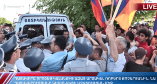 Activists near the building of the court that has ruled to release Robert Kocharyan. May 18, 2019. Yerevan. Photo: screenshot of the video https://youtu.be/02EItaKfRvM