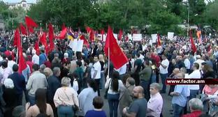 "The ARF ""Dashnaktsutyun"" supporters in Yerevan. Screenshot from video posted by Factor tv, https://www.youtube.com/watch?time_continue=2020&v=uT7DtPV7dvM"