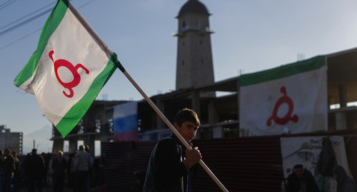 A man with the flag of Ingushetia at the protest action. October 2018. Photo: REUTERS/Maxim Shemetov