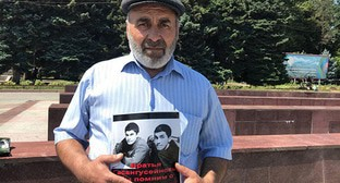 Murtazali Gasanguseinov, a father of the shepherds killed in Dagestan, holds a solo picket in Makhachkala, July 15, 2019. Photo by Patimat Makhmudova for the Caucasian Knot