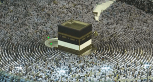 Piligrims in Mecca. Screenshot of Euronews video: https://youtu.be/5oFapHOcxxc