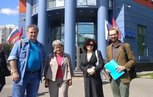 Alexander Cherkasov, Svetlana Gannushkina, Anastasia Samorukova and Denis Shedov (from left to right) at the court building in Moscow, July 30, 2019. Photo from website of HRC 'Memorial', http://memohrc.org/ru/news_old/sud-oshtrafoval-pravozashchitnika-cherkasova-za-piket-na-krasnoy-ploshchadi-v-den-desyatoy