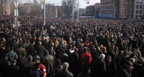 People who disagreed with the outcomes of the presidential election came into the streets in Yerevan on March 1, 2008. Photo: Serouj, https://commons.wikimedia.org/w/index.php?curid=3653411