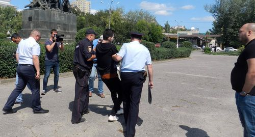 Policemen take LGBT activist Vladislav Pogorelov away from the Metallurgov Square in Volgograd, August 12, 2019. Photo by Tatiana Filimonova for the Caucasian Knot