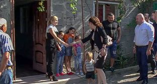 Minister Ketevan Tsikhelashvili visits families whose households appeared to be on the side of South Ossetia cordoned off by the barbed wire fence installed in the Gugutiantkari village. Screenshot from video posted by Georgian Broadcaster https://www.youtube.com/watch?v=Jlk7Fm2hxGw