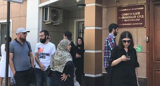 Group of support of Abdulmumin Gadjiev in front of court building in Makhachkala, July 29, 2019. Photo by Patimat Makhmudova for the Caucasian Knot
