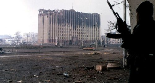 A militant in Grozny. Photo by Mikhail Evstafyev, https://commons.wikimedia.org/wiki/File:Evstafiev-chechnya-palace-gunman.jpg