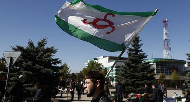 A participants of the rally in Magas with the flag of Ingushetia. Photo: REUTERS/Maxim Shemetov