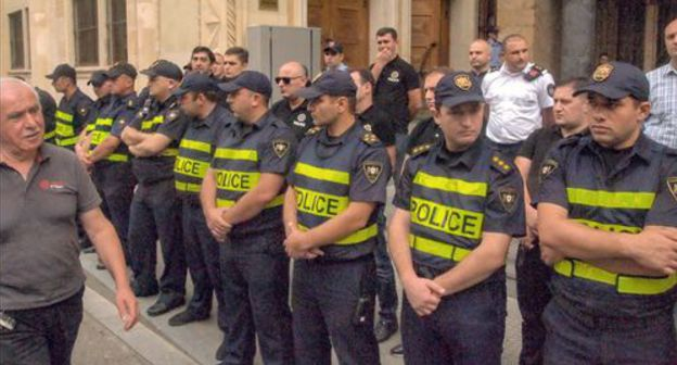 Policemen at the Georgian Parliament building. Photo by Beslan Kmuzov for the Caucasian Knot