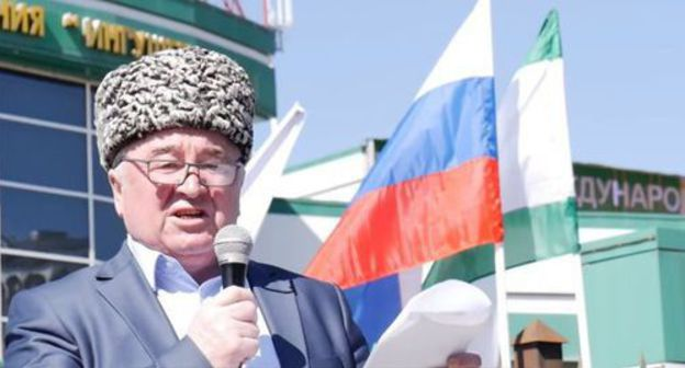 Malsag Uzhakhov speaks at rally in Magas. Screenshot from video posted by 'Fortanga Org' at: https://www.youtube.com/watch?v=qfFMlE02KJw