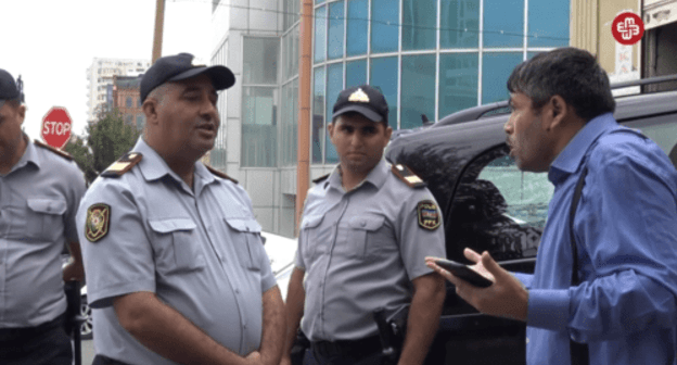 """Azadlyg"" condemns policemen for using force against journalist"