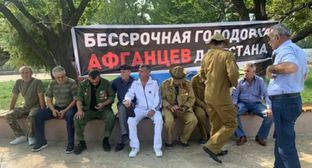 Veterans of the Afghan war started an indefinite hunger strike in Makhachkala. Photo by Inna Khatukaeva https://chernovik.net/content/lenta-novostey/dagestanskie-afgancy-obyavili-bessrochnuyu-golodovku
