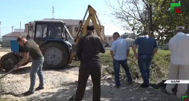 Residents of chechnya at the subbotnik (voluntary cleaning works on Saturdays). Screenshot of the video by the Grozny TV channel https://www.youtube.com/watch?v=Jl1OdZjP1sk