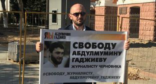 "Mairbek Agaev, the editor-in-chief of the Dagestani weekly ""Chernovik"", at a picket on October 14, 2019. Photo by Patimat Makhmudova for the ""Caucasian Knot"""