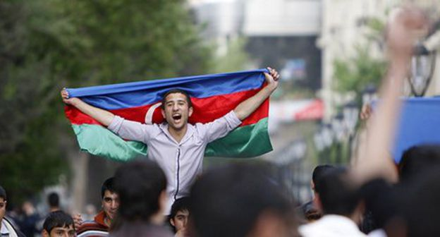 A man holding a flag of Azerbaijan. Photo: REUTERS/David Mdzinarishvili