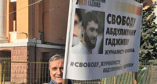 "A resident of Makhachkala with a poster in support of Abdulmumin Gadjiev. Makhachkala, October 2019. Photo by Patimat Makhmudova for the ""Caucasian Knot"""