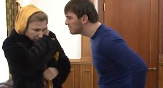 Islam Kadyrov threatens a woman. Photo: screenshot of the video by the Grozny TV channel https://www.youtube.com/watch?time_continue=1&v=BpjWCGHbJ6E