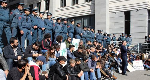 Opposition activists and students on strike gathered in front of the Armenian government building. Photo by Tigran Petrosyan for the Caucasian Knot