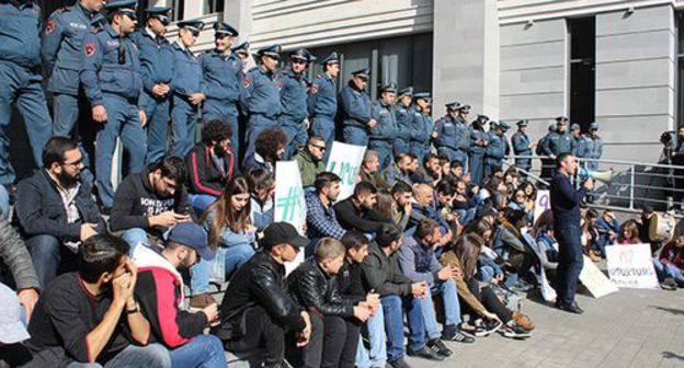 "Sit-in picket of Armenian students and ""Dashnaktsutyun"" supporters at the government building in Yerevan, November 7, 2019. Photo by Tigran Petrosyan for the Caucasian Knot"